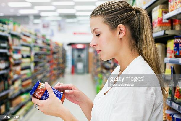 Donna lettura di un'etichetta di cibo