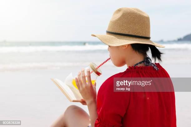 女性のビーチで読書 - 静岡市 ストックフォトと画像