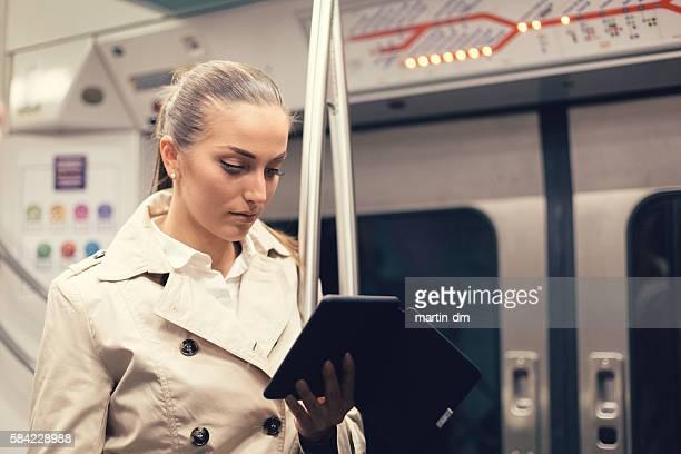 Donna lettura e-book nella metropolitana