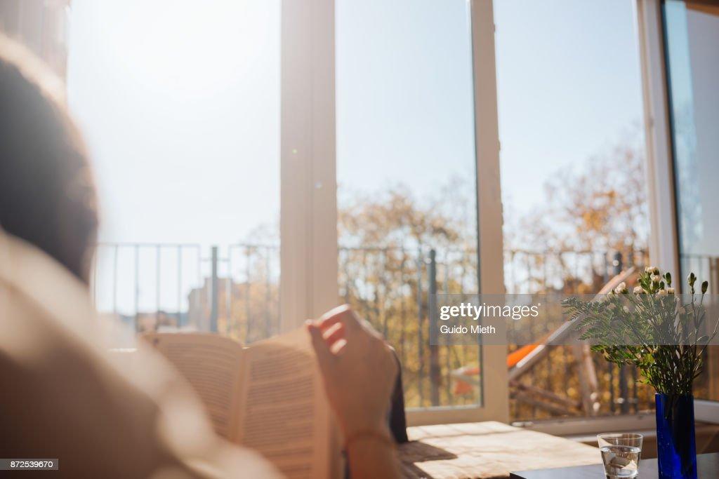 Woman reading in sunlight. : Foto de stock