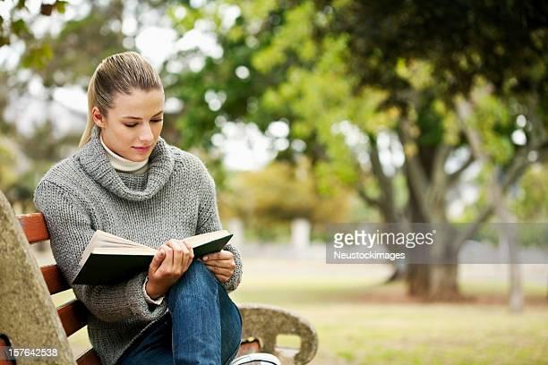 Lectura de mujer en el parque