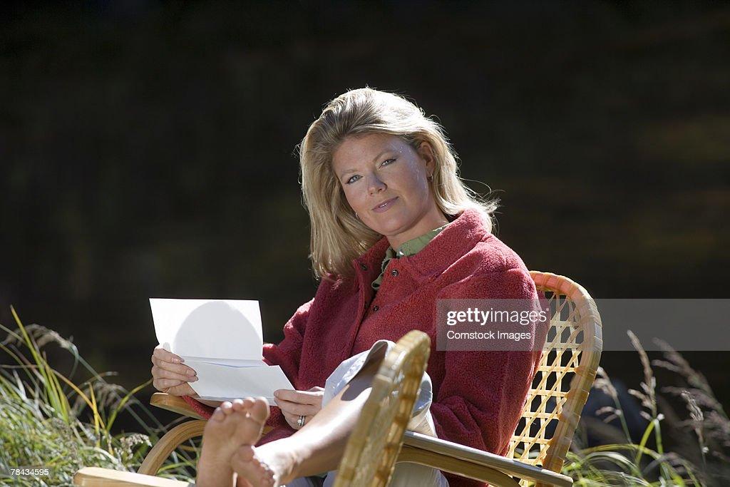 Woman reading letter : Stockfoto