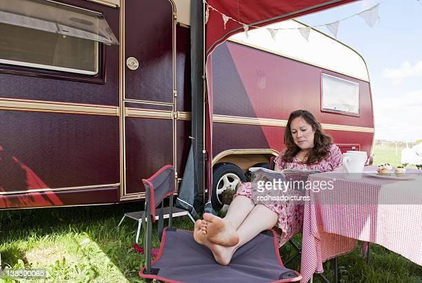 Frau lesen Magazin außerhalb Anhänger
