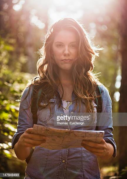 Frau Lesen der Karte im Wald
