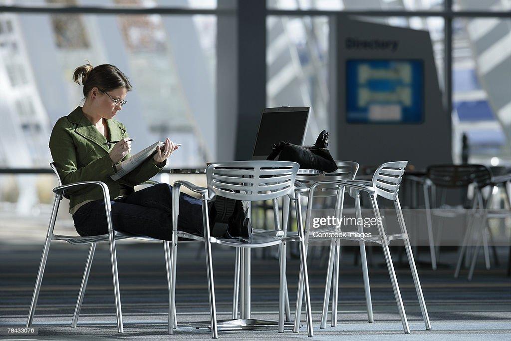 Woman reading newspaper : Stockfoto