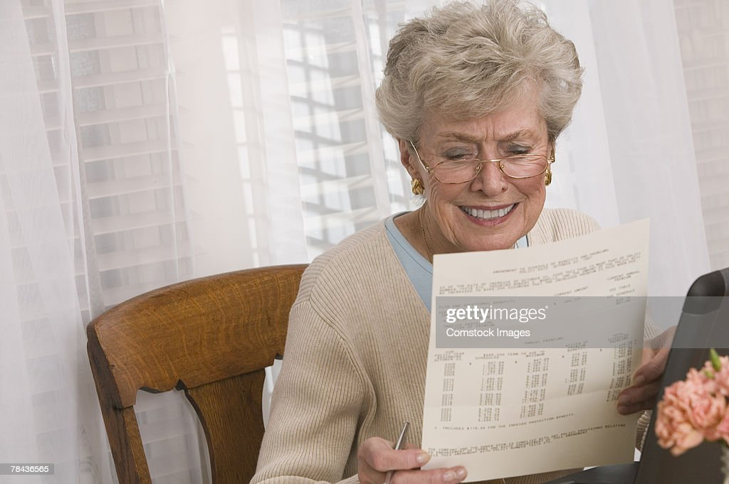 Woman reading paperwork : Stockfoto