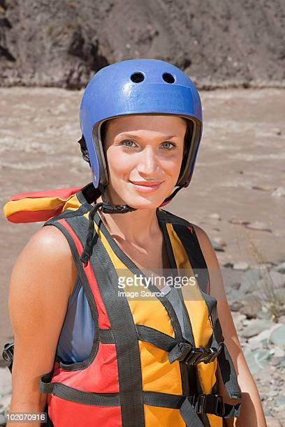 mulher pronto para rafting água branca - rafting em águas selvagens - fotografias e filmes do acervo