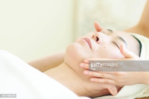 woman 受入フェイシャルマッサージ - 美容 ストックフォトと画像