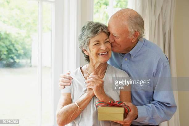 woman receiving gift from husband - de amado carrillo fuentes fotografías e imágenes de stock