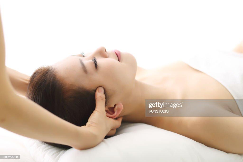 woman receiving head massage ストックフォト getty images