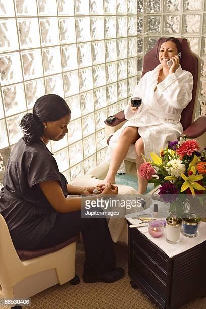 woman receiving pedicure - black pedicure fotografías e imágenes de stock