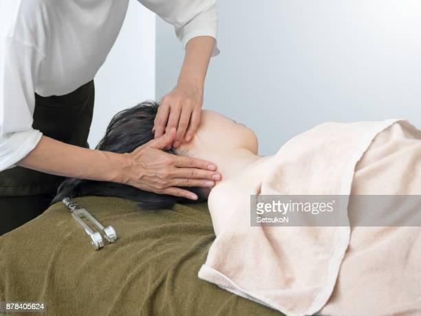 音叉療法を受けて女性