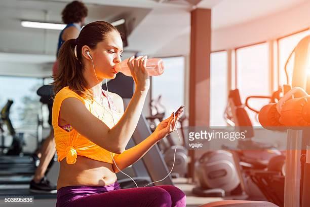 女性の爽やかなトレーニングを終える