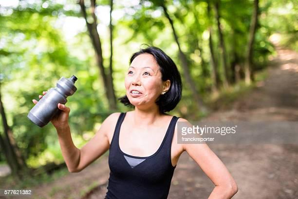 Femme de rafraîchissement sur la la nature elle-même après avoir été la randonnée