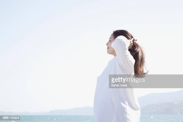 女性が海辺でリラックス
