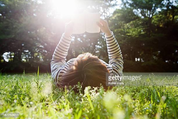 woman relaxed in the park - foco no segundo plano - fotografias e filmes do acervo
