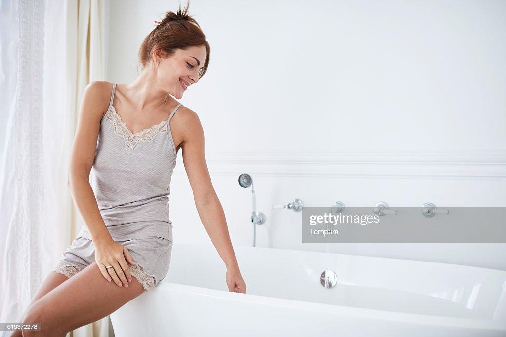 Woman relaxing a luxury bathroom. : Foto de stock