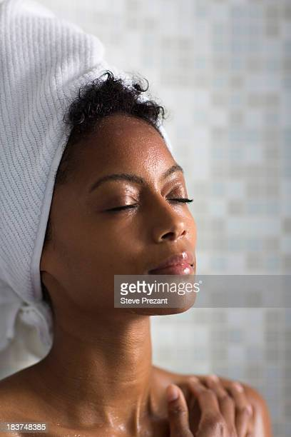 woman relaxing after bath - black woman in sauna stock pictures, royalty-free photos & images