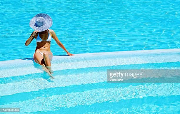 女性のためのリラックスしたリゾートのプール