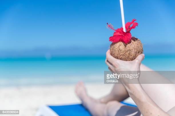 熱帯飲み物、キューバとビーチでリラックスできる女性