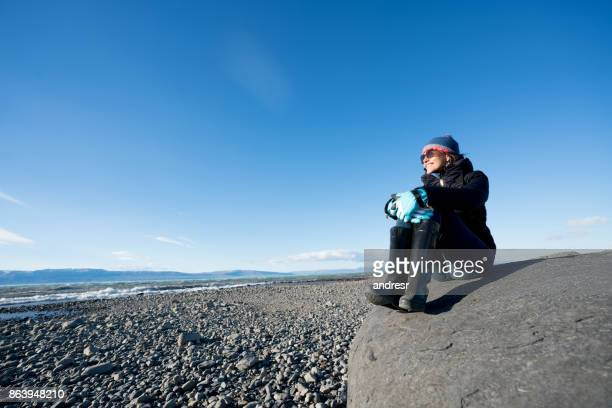 Vrouw ontspannen op het strand in Patagonië, Argentinië