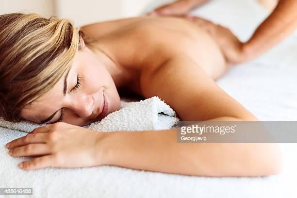 Mujer relajante en el spa de día