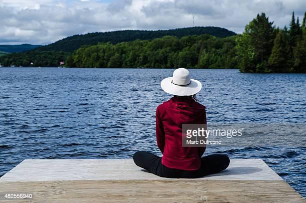 Mulher relaxante no final de área