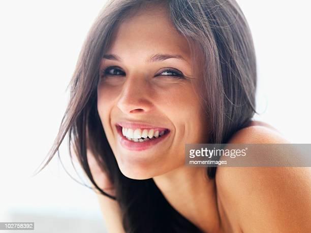 woman relaxing by pool - cuidado del cuerpo fotografías e imágenes de stock