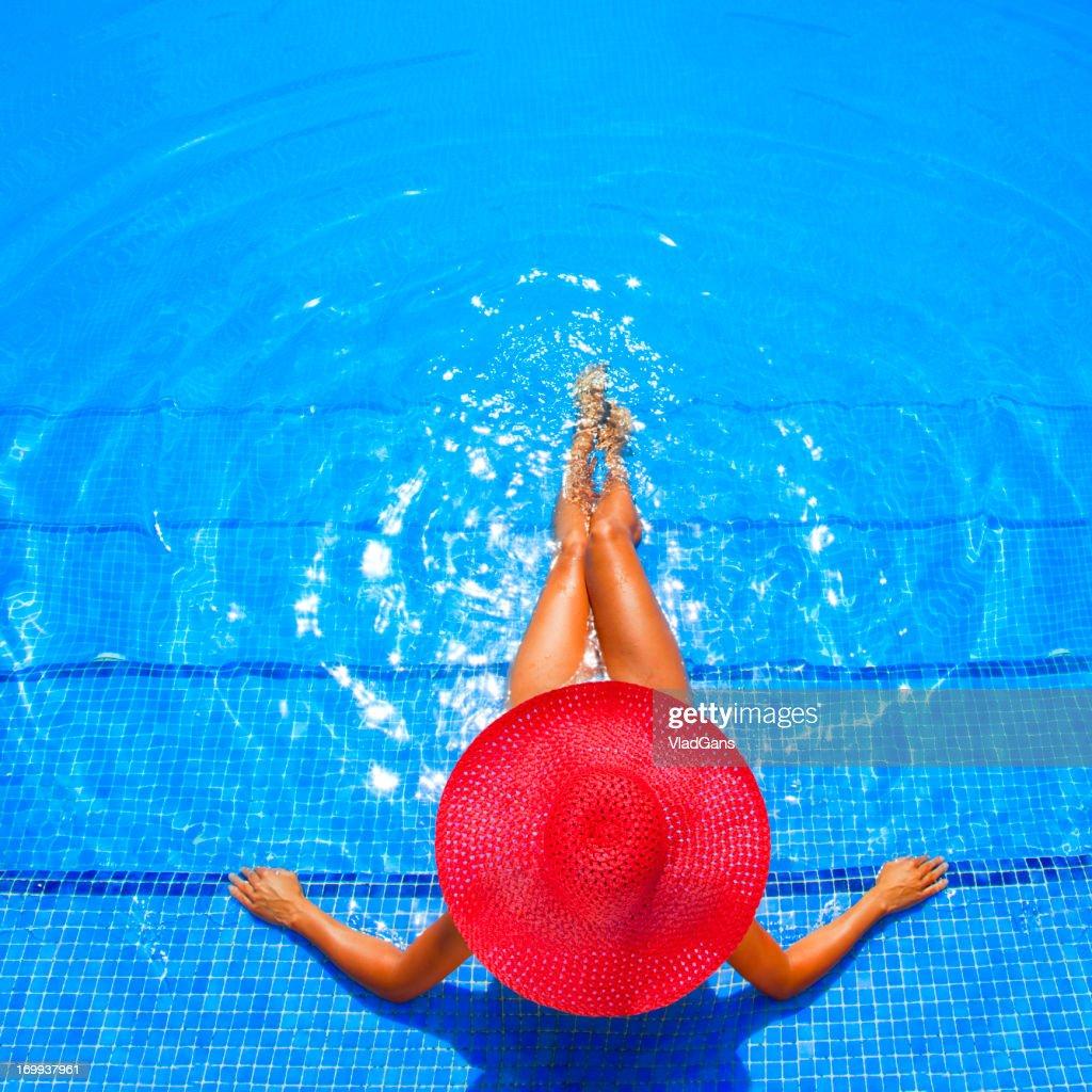 Donna di relax in un resort-Piscina : Foto stock