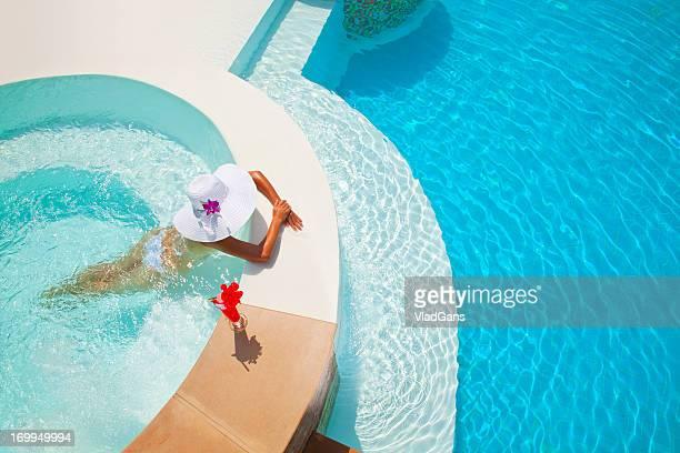 femme se détendre dans un jacuzzi extérieur - piscine photos et images de collection