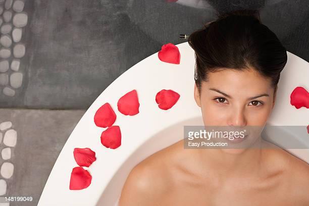 frau entspannung in bad - french women stock-fotos und bilder