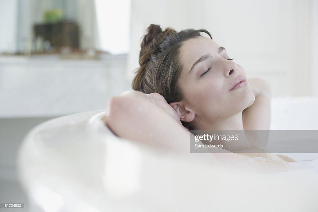 Frau entspannenden in Schaumbad : Stock-Foto