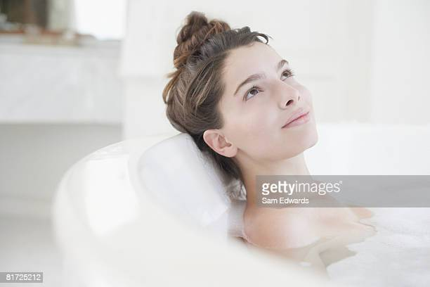 Frau entspannenden in Schaumbad