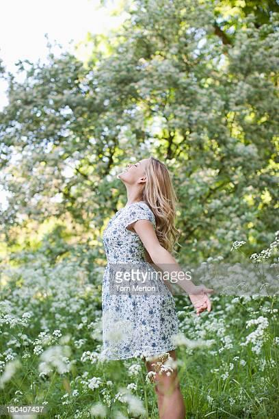 Frau Entspannen im Bereich der Blumen