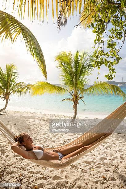mujer relajarse en una hamaca en la playa de la bahía, salomon st.john, usvi - mar caribe fotografías e imágenes de stock