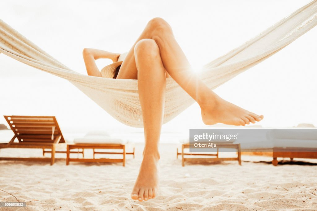 Frau Entspannen in der Hängematte am Strand : Stock-Foto