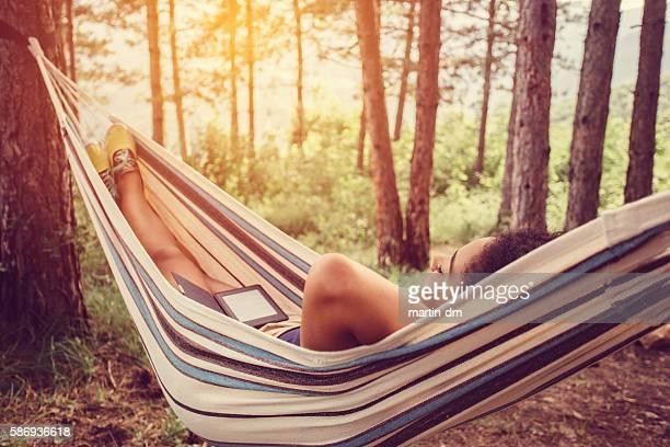 Frau Entspannen in der Hängematte