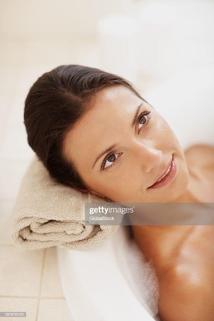 Mujer relajarse en su bañera de hidromasaje : Foto de stock