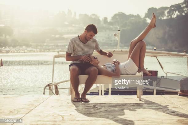 Frau, die in des Mannes Schoß entspannend