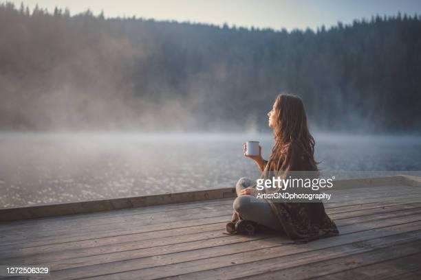 自然の中でリラックスしている女性。 - リラグゼーション ストックフォトと画像