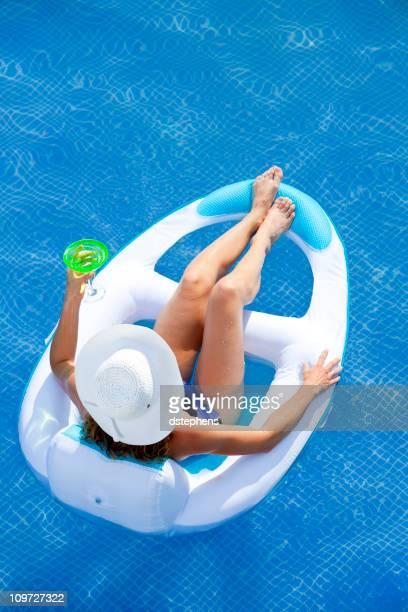 Frau Entspannen im pool