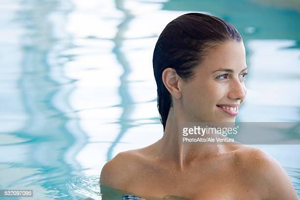 woman relaxing in swimming pool - skinny dipping fotografías e imágenes de stock