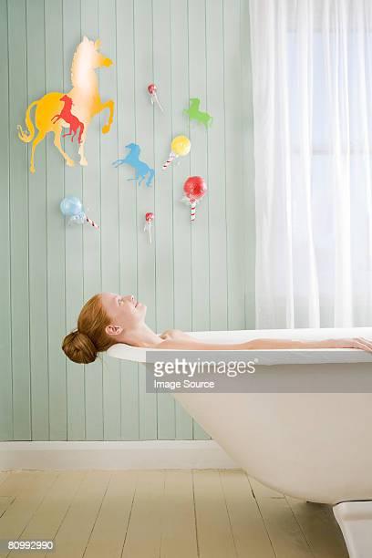 Une femme se détendre dans la salle de bains