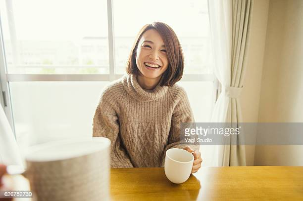 woman relaxing in the living room - 30代 ストックフォトと画像