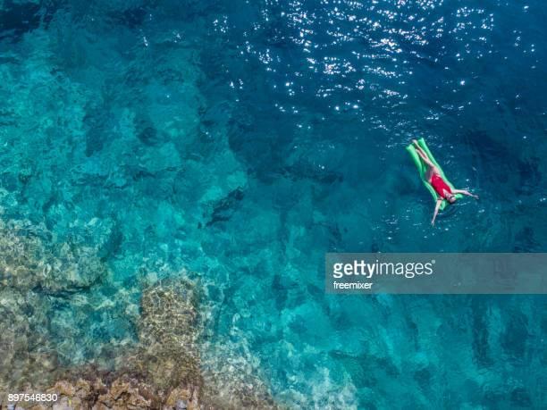 Femme relaxante dans la mer