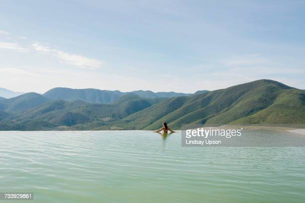 woman relaxing in thermal spring, hierve el agua, oaxaca, mexico. - infinity pool foto e immagini stock