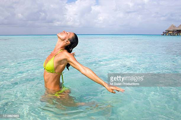 woman relaxing in water - femme tahitienne photos et images de collection