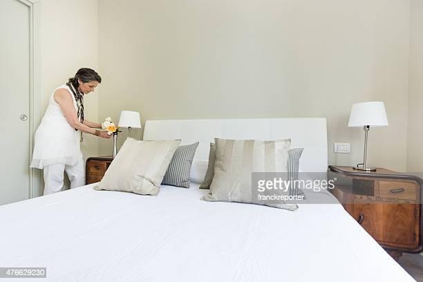 Bella donna rilassante all'interno della camera da letto