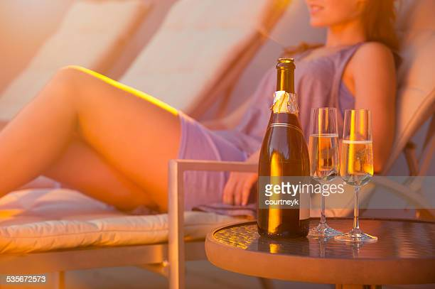 Frau entspannend auf einem Liegestuhl