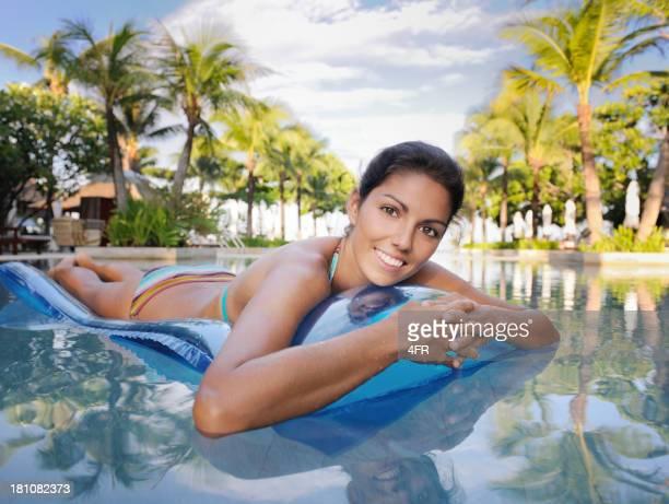 Frau entspannend auf einer Luftmatratze